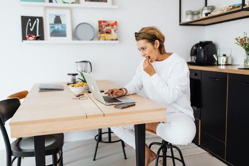 žena u počítač