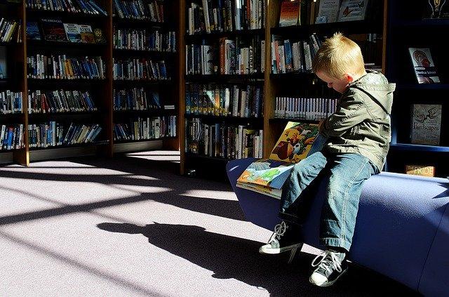 kluk v knihovně