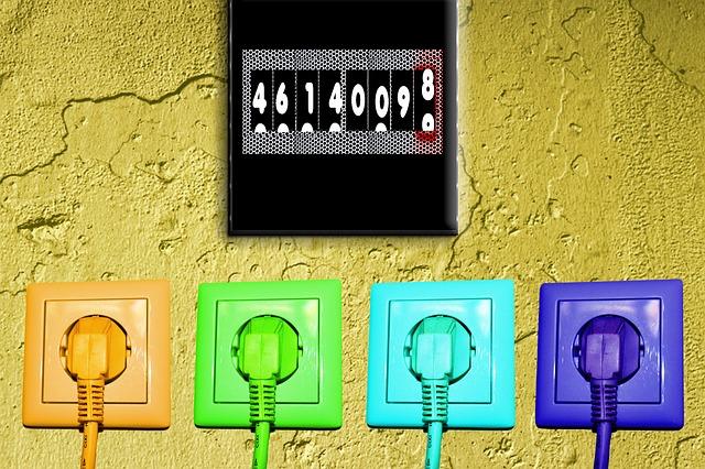barevné zástrčky a zásuvky, hodiny