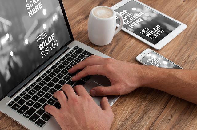 mobil tablet, notebook, ruce, káva