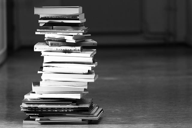 knihy poskládané na sobě