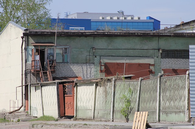 betonový plot u starého domu